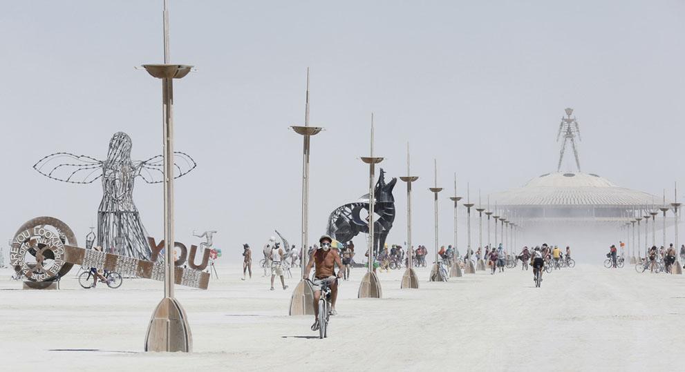 És még közelebbről: maszk és napszümeg és bicikli, vagyis a legalapvetőbb kellékek a homoktengerben.