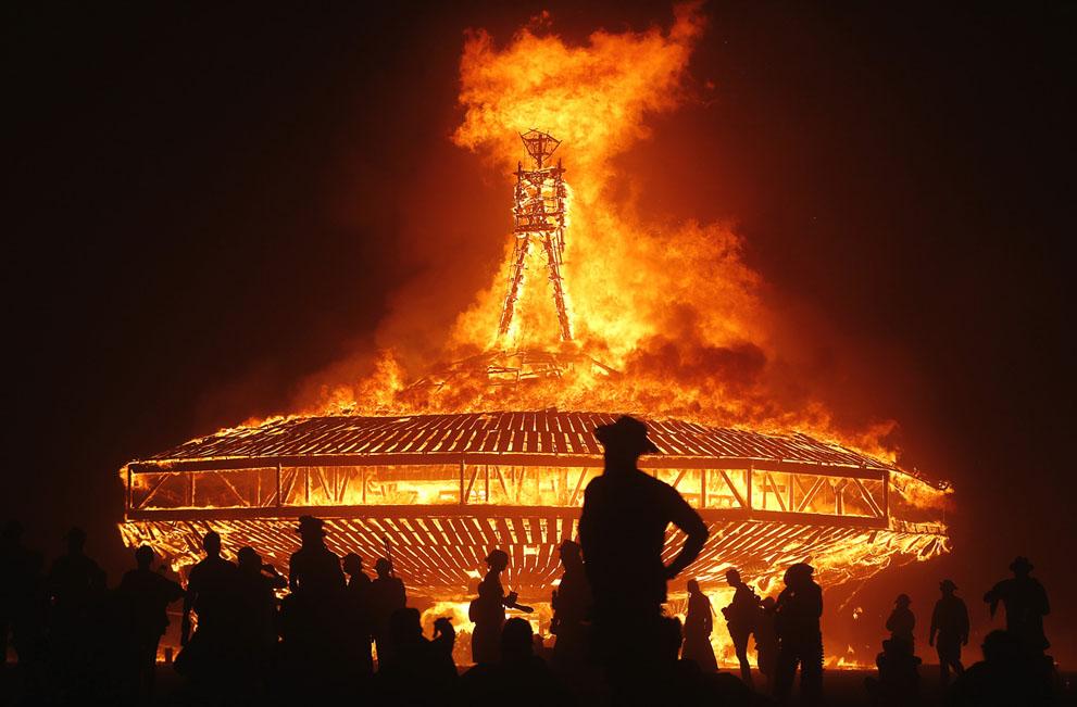 És a várva-várt főattrakció: Burning Man, az Égő Ember!
