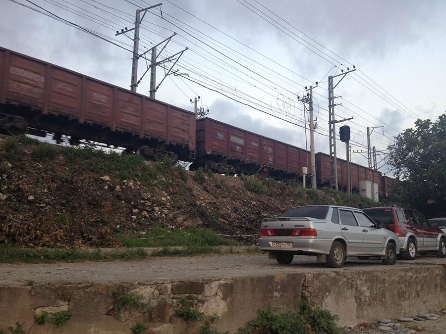 Vasút van mindenfelé. Ha Szocsiban jársz, nem kerülöd el velük a találkozást. A közlekedésnek két fő fajtája itt az autó (ha a hegyeken akarsz átkelni) és a vasút (ötször egy nap, minden irányból).